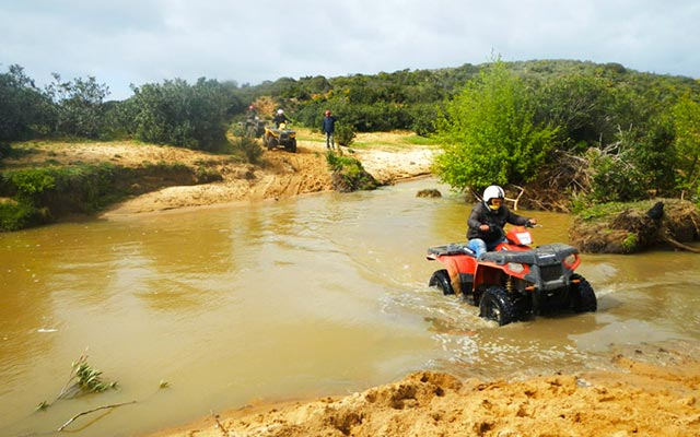 Traversée de cours d'eau, lors de votre voyage en Tunisie en quad avec Planet Ride et Angela