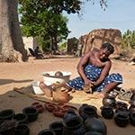 Rencontre avec une potière lors de votre voyage en moto enduro avec Planet Ride au Burkina faso