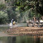Traversée de la rivière Bougouriba lors de votre voyagew au Burkina faso en moto avec Planet Ride