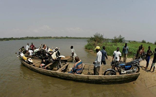 Traversée de la Volta Noire lors de votre voyage au burkina faso avec Planet Ride