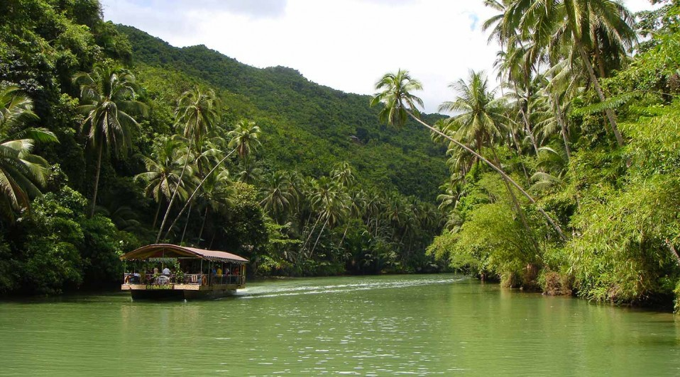 Rivière et forêt tropicale, lors de votre voyage aux Philippines à moto avec Planet Ride et Philippe