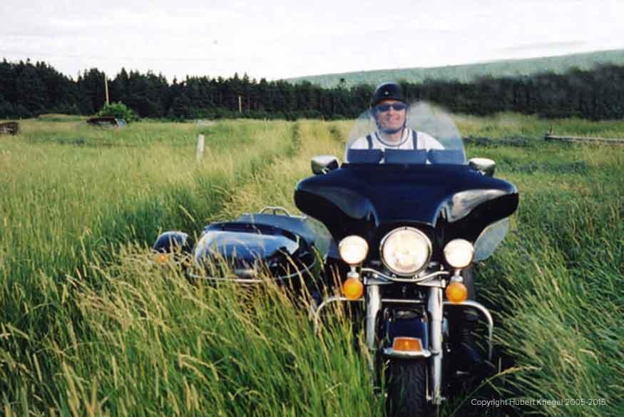 Hubert lors de son road-trip moto à travers le monde dans les champs