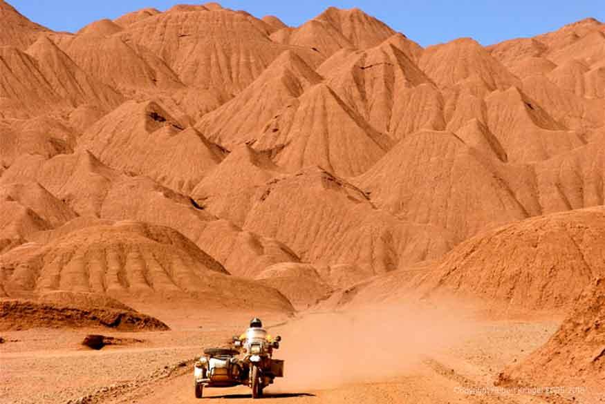Hubert lors de son road-trip moto à travers le monde dans le désert du Sahara