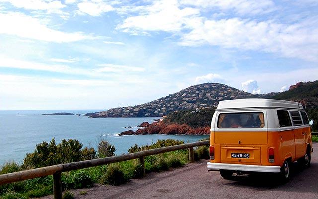 Voyage en France en véhicule mythique avec une agence de voyage locale