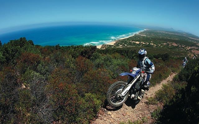 Voyage en Sardaigne en moto enduro avec Planet Ride ride entre mer et montagne