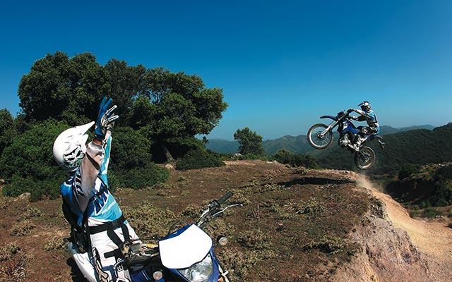 Voyage en Sardaigne en moto enduro avec Planet Ride ride sur les collines