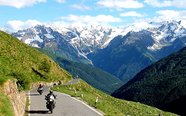 traversee des alpes avec planet ride à moto en italie