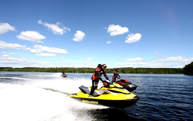 Voyage en Finlande en jet-ski avec une agence de voyage locale