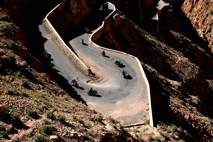 Qui a dit que Tamazighte la Marocaine n'est pas heureuse ? Planet-ride-maroc-gorges-dades-soir-virages
