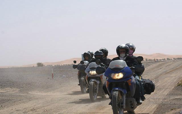 Voyage à moto au Maroc désert motards avec Planet Ride