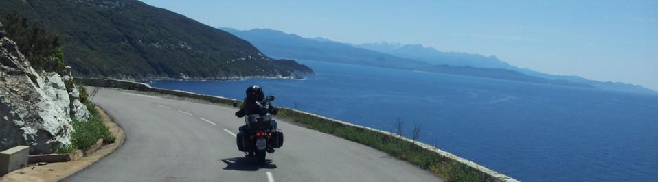 road trip moto corse sur la route cotière