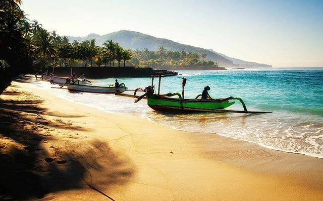 voyage en scooter plage Bali indonésie