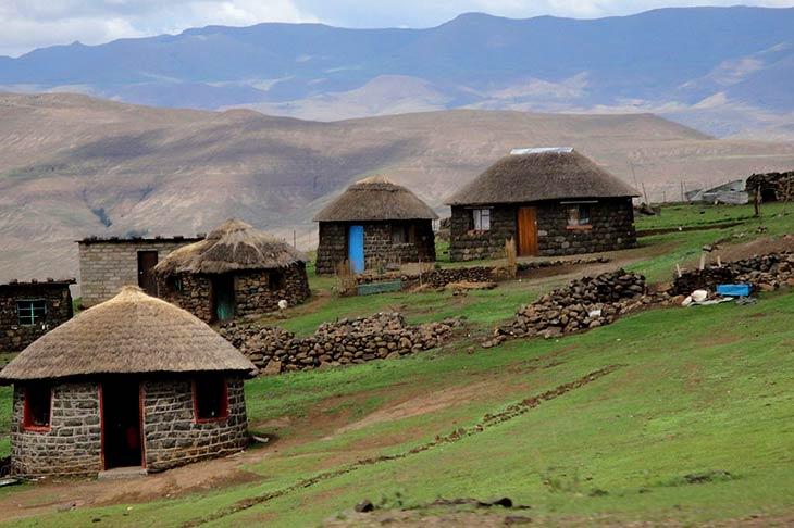 voyage en 4x4 en Afrique du Sud, Sani Pass maisons rondes  avec Planet Ride