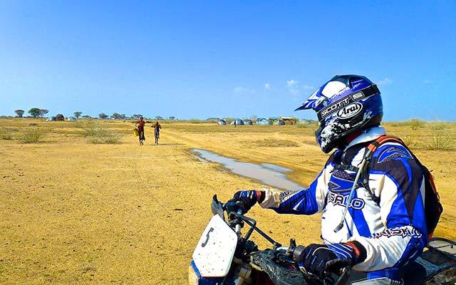 Rencontres des tribus locales lors de votre voyage a moto enduro avec fred au Kenya Planet Ride