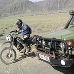 Route semie désertique lors de voyage a moto enduro avec fred au Kenya Planet Ride