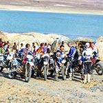 Accueil des tribus locales lors de voyage a moto enduro avec fred au Kenya Planet Ride