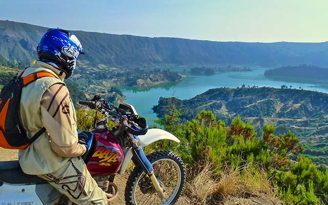 Traversées de rivières lors de votre voyage a moto enduro avec fred au Kenya Planet Ride