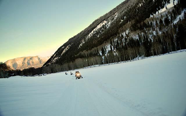 Voyage au Canada à motoneige avec une agence de voyage locale