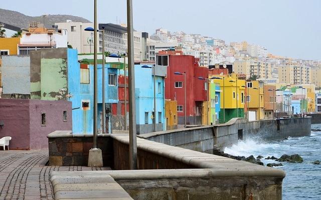 planet-ride-voyage-îles-canaries-camping-car-côte-maisons-colorées