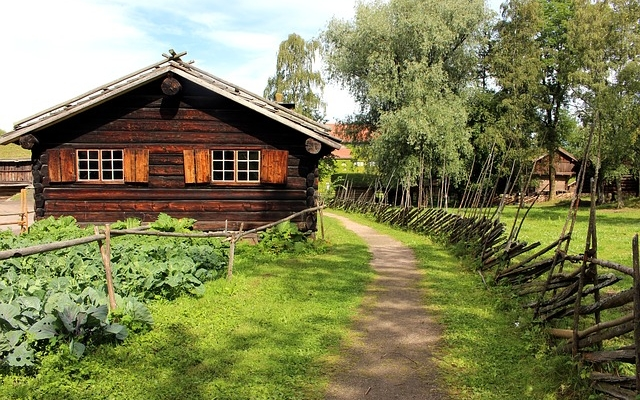 planet-ride-voyage-norvège-camping-car-cap-nord-paysage-cabane-chemin-campagne