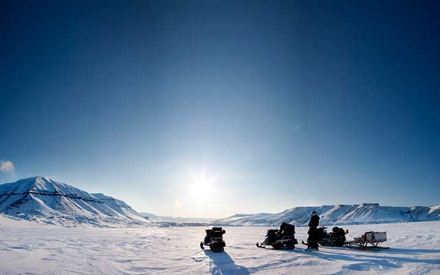 Les voyages with snowmobile