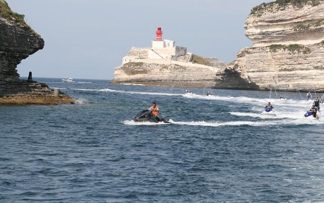 planet-ride-voyage-corse-jetski-phare-bonifacio-falaises