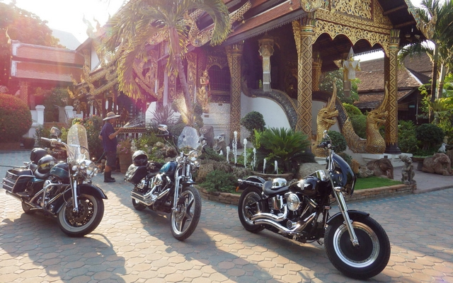 planet-ride-voyage-thaïlande-moto-arrêt-village-véhicules2