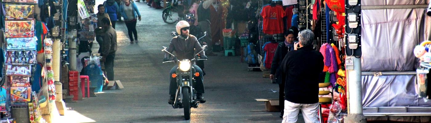 planet-ride-voyage-thailande-moto-rue-marché-coloré