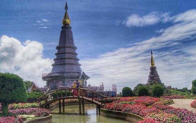 planet-ride-voyage-scooter-thaïlande-jardin-fleurs-pagodes