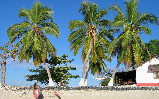 planet ride madagascar pirogue pecheur plage palmiers