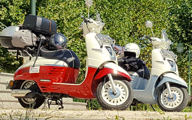 Les voyages with moped scooter vespa