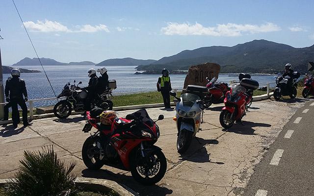 Road trip sardaigne moto en bord de route panorama