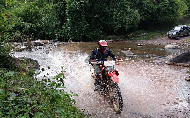 Planet Ride circuit Laos traversée de rivière