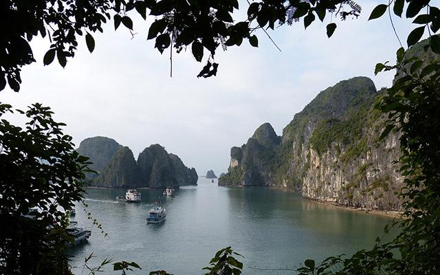 baie d'halong bateaux vietnam en moto