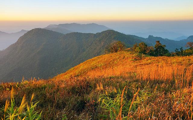 Planet Ride levé de soleil sur les montagnes laotiennes